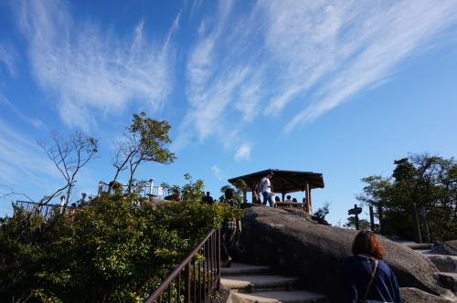 獅子岩駅から降りた、頂上になります